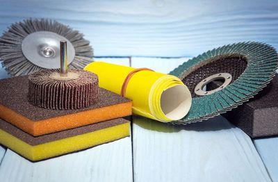 Rodzaje i zastosowanie materiałów do szlifowania ręcznego